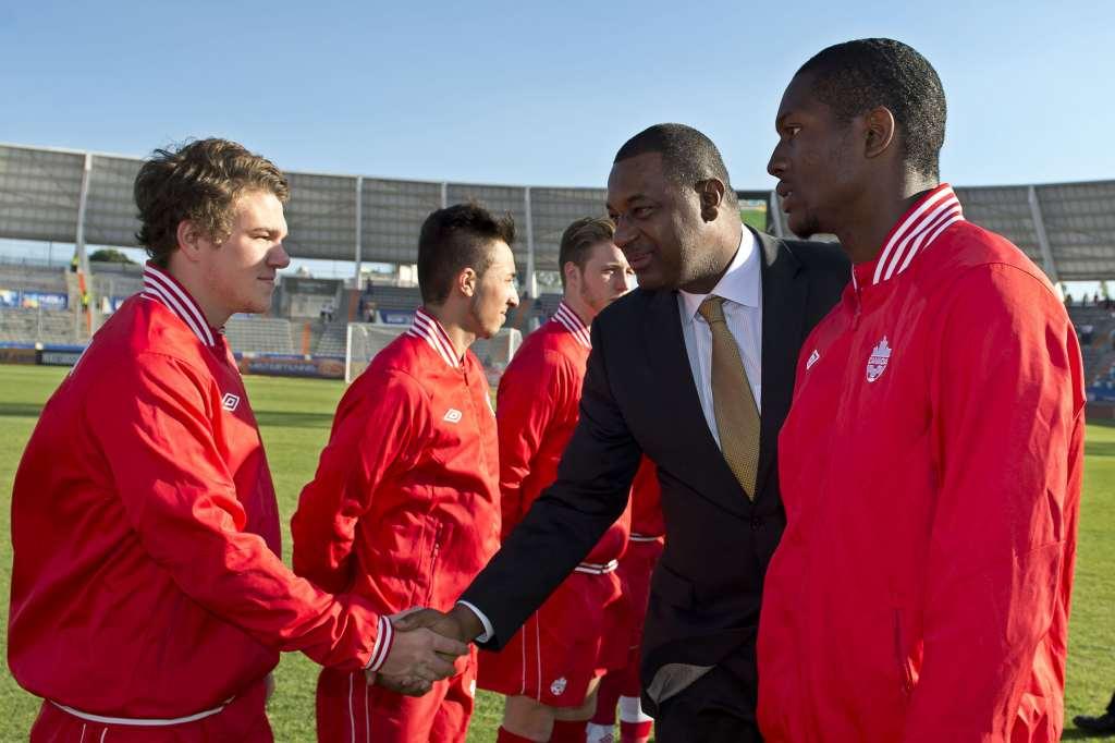 Jeffrey Webb meets the Canadian U-20 team . PHOTO: MEXSPORT/CANADA SOCCER